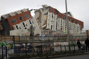 2010_Chile_earthquake_-_Building_destroyed_in_Concepción