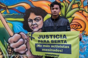 Greenpeace and the son of Berta Caceres, Salvador Zuniga Caceres, representing the COPINH (Civic Council of Popular and Indigenous Organizations of Honduras) made a claim at the Embassy of Honduras in Buenos Aires to demand justice for the murder of the activist. The organization drew up a letter to the ambassador and presented a mural by the artist Alejandro Dufort, symbolizing the struggle of Berta.